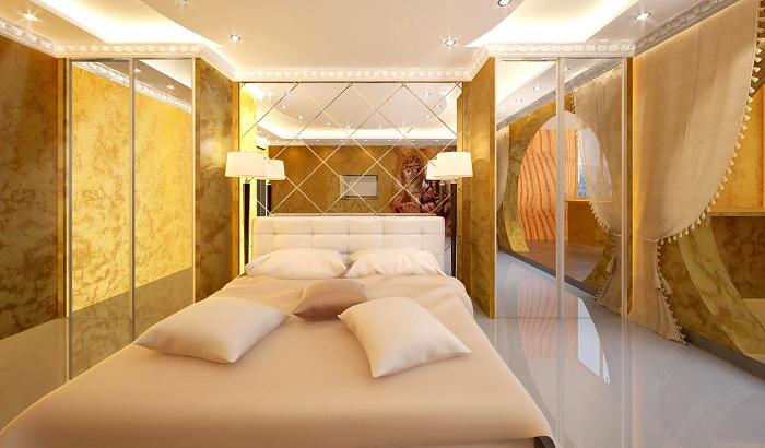 Симпатичная комната золотого цвета обставлена большим количеством зеркал, что расширяет её пространство по максимуму.