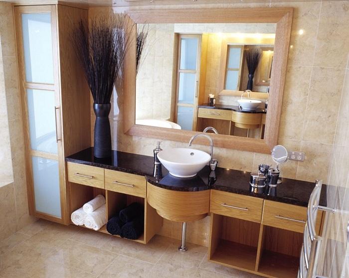 Пространство небольшой комнаты с большим зеркалом на стене создает эффект зрительного обмана: зеркало значительно увеличивает комнату.