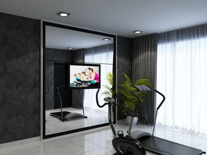 Маленький домашний тренажерный зал с огромным зеркалом напротив, для еще более комфортных занятий спортом.
