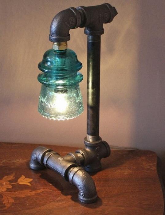 Непростая нестандартная лампа сделана своими руками их старых труб и электрического стеклянного изолятора.