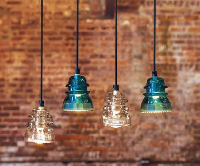 Прекрасные современные светильники созданы при помощи старых электрических изоляторов.