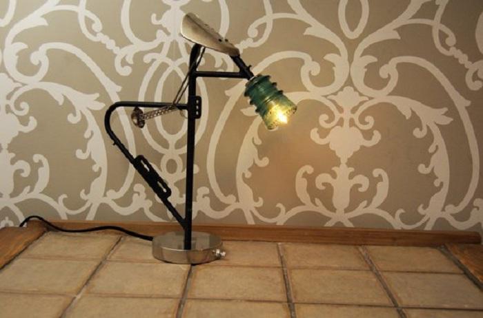 Нестандартный светильник в индустриальном стиле, дополнит общий интерьер в комнате.