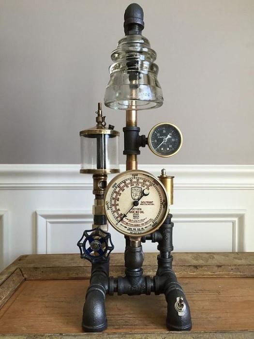 Необычное сочетание механизмов с электрическими стеклянными изоляторами, создало прекрасную настольную лампу.