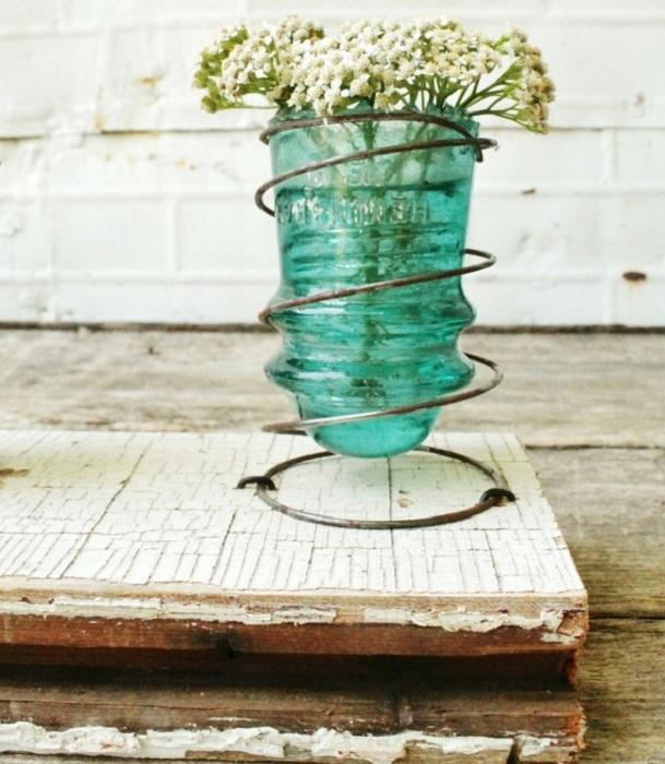 Хороший и симпатичный вариант создать со стеклянного изолятора маленькую вазочку.