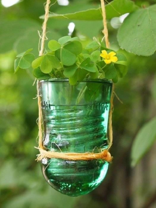 Маленькое чудесное решение создать из электрического стеклянного изолятора миленький цветочный горшок.