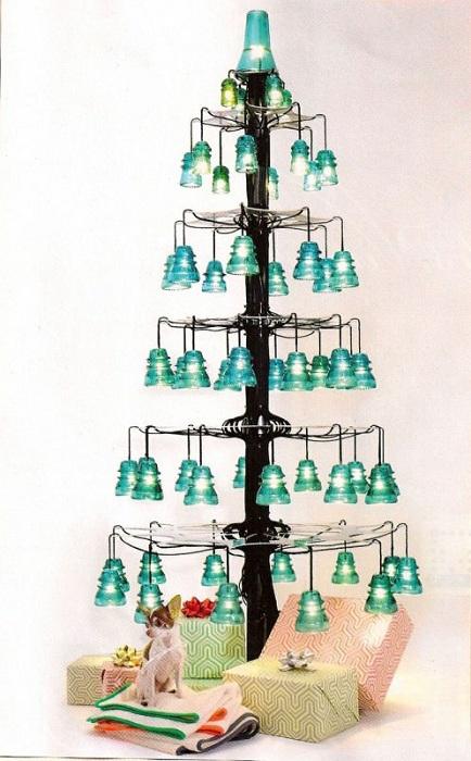 Прекрасное оформление праздника при помощи создания елочки из электрических изоляторов.