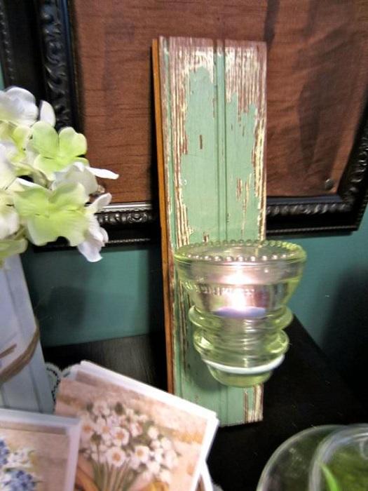 Прекрасное сочетание дерева и стеклянного изолятора, при помощи которых создан отличная ретро свеча.