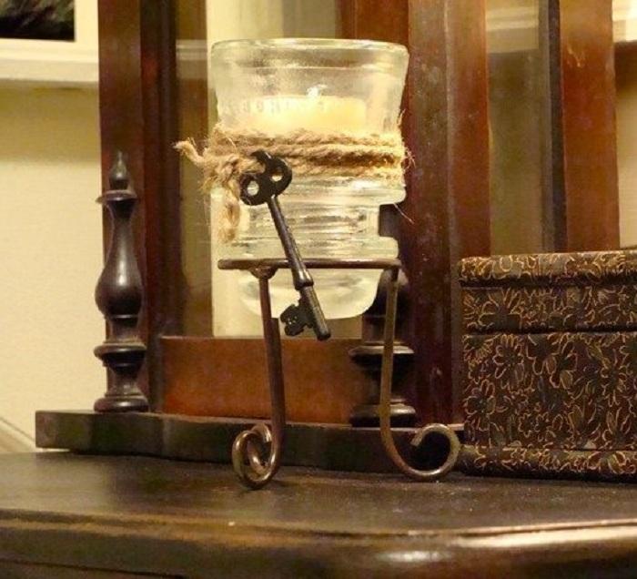 Изысканный стеклянный держатель для свечи из электрического изолятора, который создан с ретро стиле.