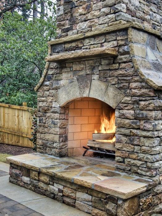 Прекрасный вариант декорирования двора при помощи оригинального камина.