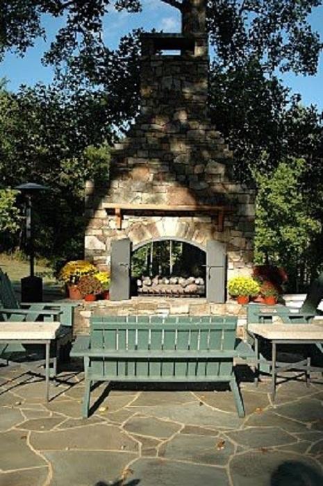 Создать отменную обстановку во дворе возможно при помощи размещения открытого камина.