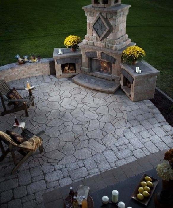 Оригинальное оформление двора при помощи создания максимально уютной атмосферы с помощью камина.