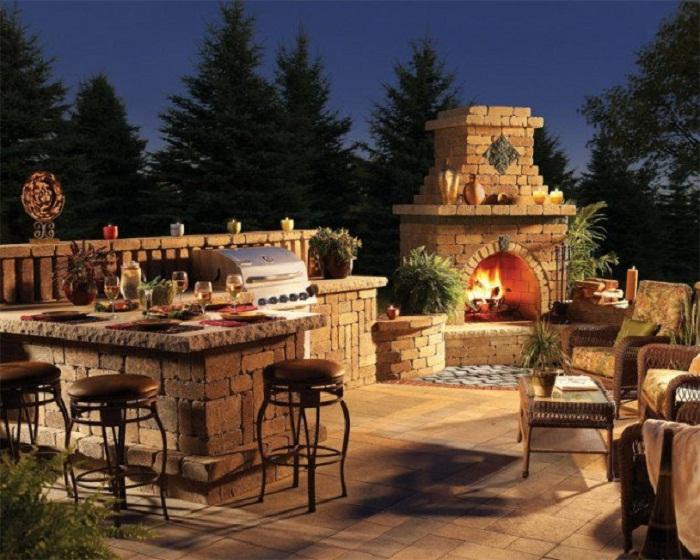 Декор двора с помощью красивого каменного камина, создаст только самое яркое настроение и массу положительных впечатлений.