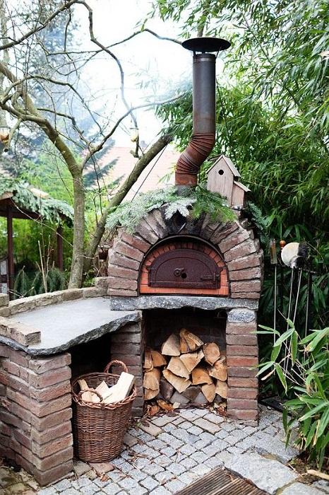 Декорирование двора при помощи размещения в нем удачного и оригинального камина.