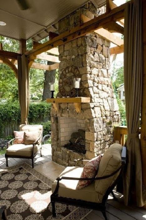 В такую легкую и приятную атмосферу возможно окунуться благодаря красивому камину на открытом воздухе.