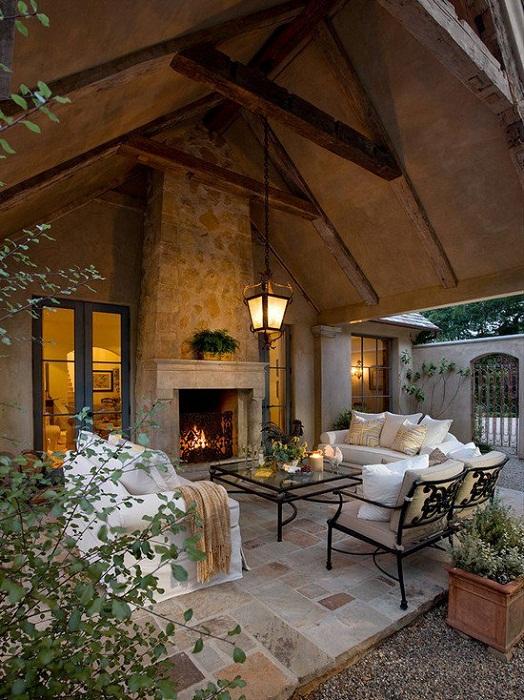 Теплая и домашняя обстановка создана благодаря самому лучшему варианту декорирования веранды за счет размещения в ней камина.