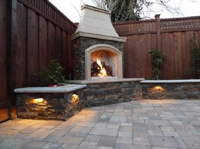 Симпатичное дизайнерское решение преобразить экстерьер двора с помощью крутого камина, что понравится.