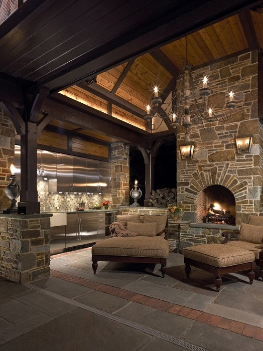 Прекрасный интерьер комнаты, которая преображена при помощи просто потрясающего камина, что украсил её.