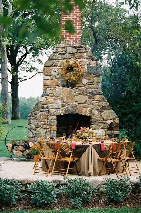 Симпатичное оформление местечка для обедов на открытом воздухе, которое обустроено при помощи камина.