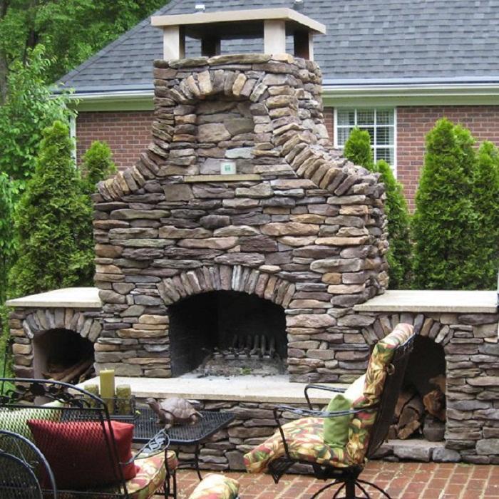 Красивый вариант декора двора при помощи камина, что выглядит просто невероятно.