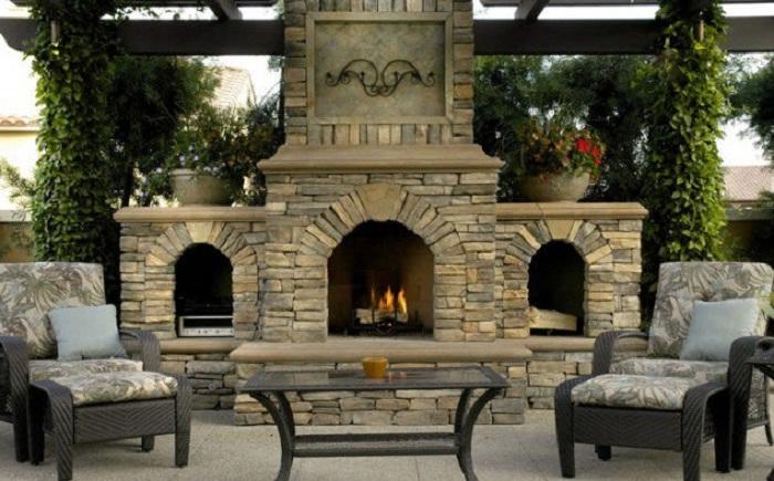 Очень красивый и оригинальный камин преобразит любой двор и создаст самую уютную атмосферу.