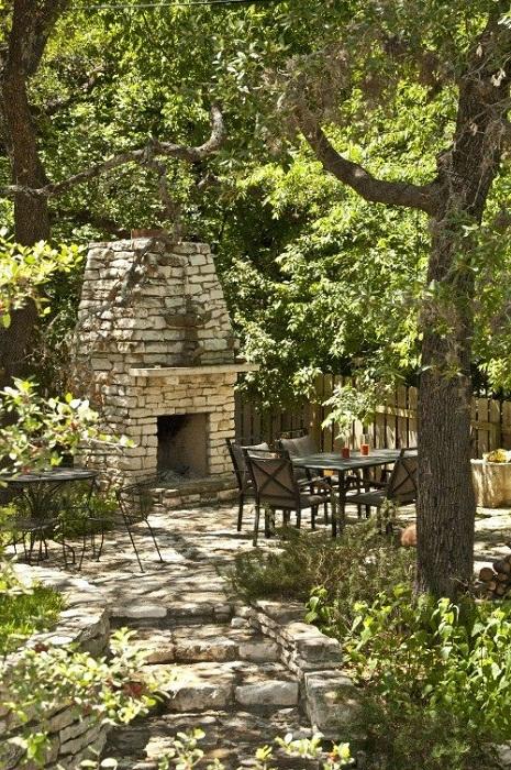 Самый яркий и оптимальный вариант декорирования двора с использованием камина, что подарит отменное настроение.