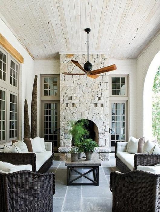 То что точно может понравится, так это такое не простое оформление комнаты с камином.
