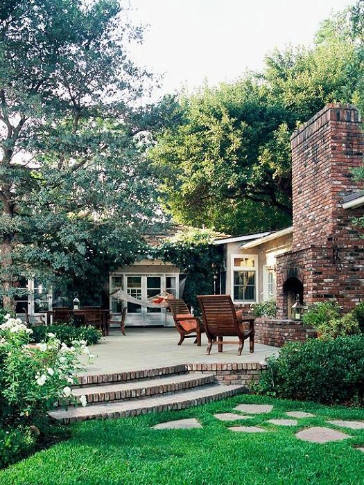 Просто хороший и уютный вариант оформления камина, что понравится и облагородит любой двор.