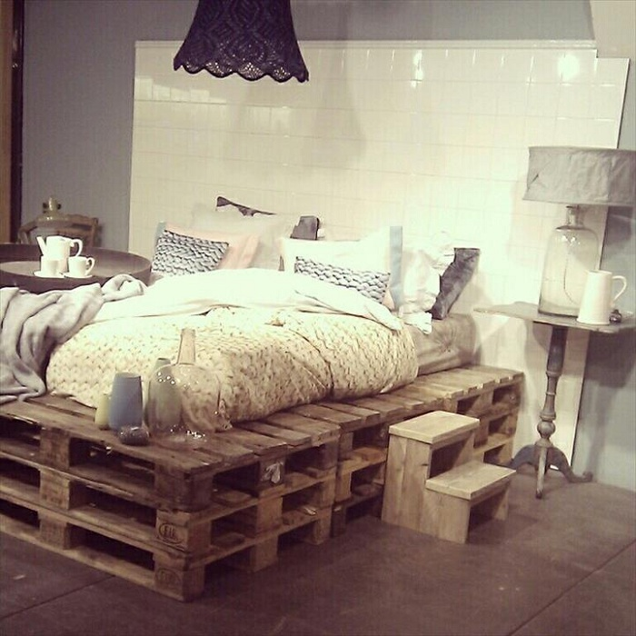 Многоуровневая кровать-поддон с интересным белым изголовьем, что в свою очередь создает свою атмосферу.