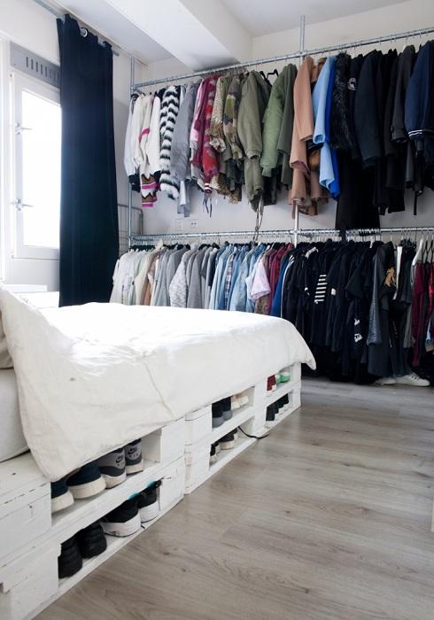 Один из прекрасных вариантов хранения нужных вещей под кроватью на паллетах.