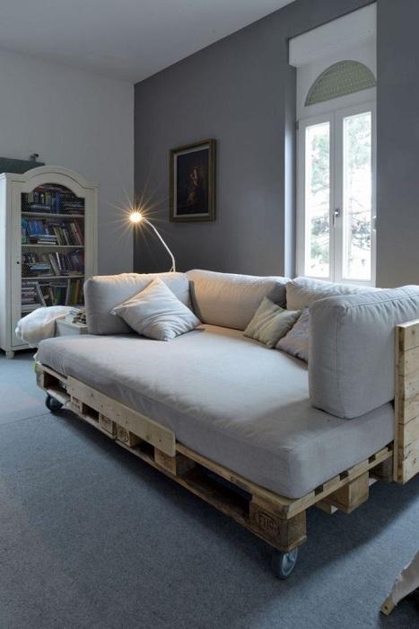 Создать уютную кровать можно при помощи паллета и минимальных затрат.