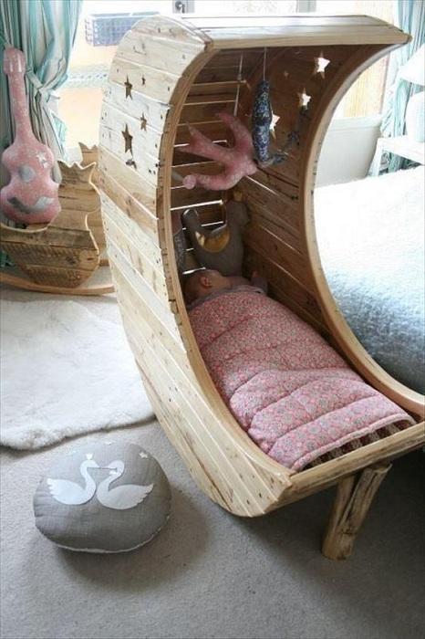 Креативное решение создать детскую кроватку на паллетах, то что порадует глаз.