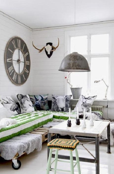 Прекрасный вариант создать кровать на паллетах и добавить ярких акцентов комнате при помощи подушек.
