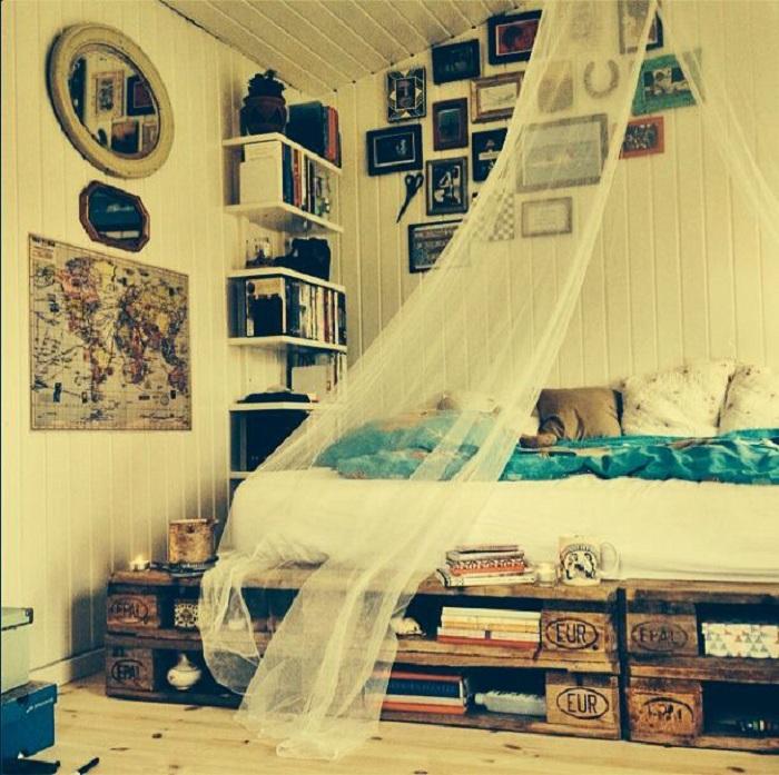 Нестандартное оформление спальни с интересной кроватью, паллеты которой используются в виде полок, что очень удобно.
