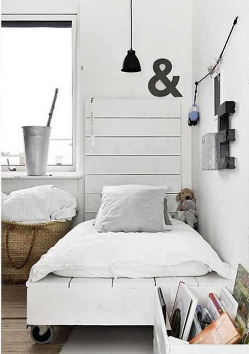 Хороший вариант оформления кровати на паллетах с колесиками.