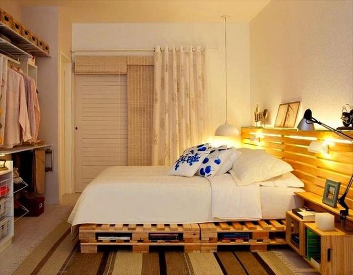 Деревянное изголовье и сам каркас кровати так и излучают тепло и уют.