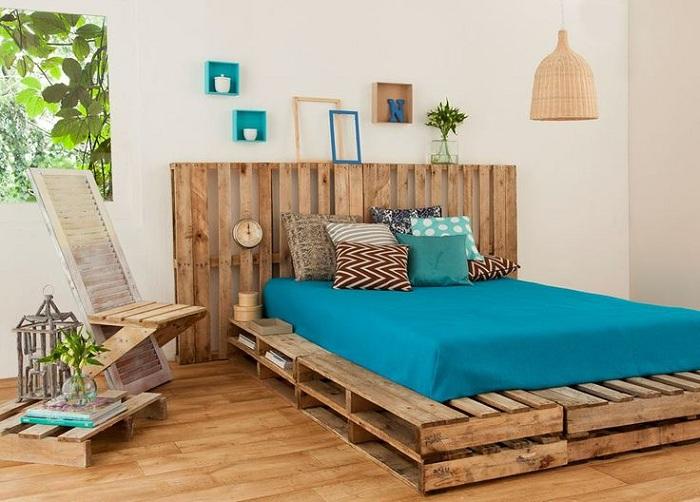 Хорошее сочетание деревянного цвета с ярким голубым, то что украсит любой интерьер.