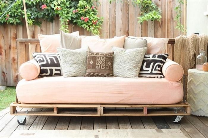 Женственный дизайн интерьера с кроватью на паллетах, то что создаст своеобразную атмосферу.