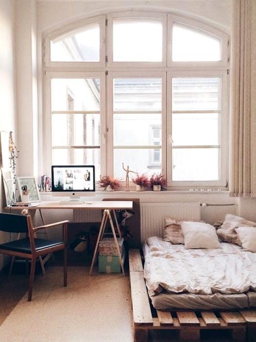 Маленькая комфортная спальня с кроватью на паллетах, то что порадует глаз.