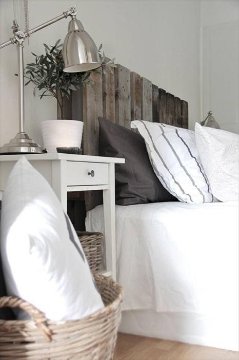 Переплетение скандинавского стиля с интересными элементами в декоре с кроватью на паллетах.