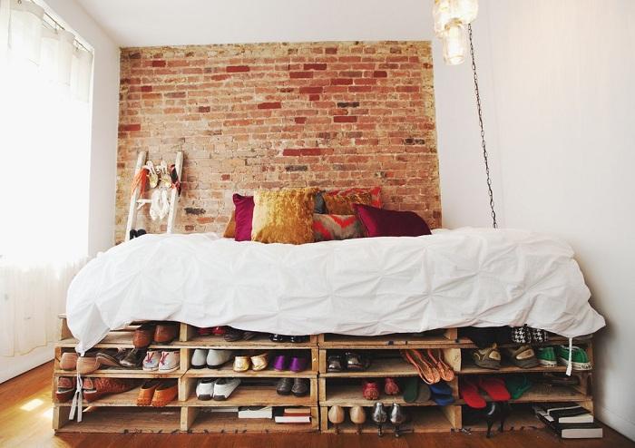 Уютная маленькая спальня с кроватью на паллетах, создаст невероятную обстановку.