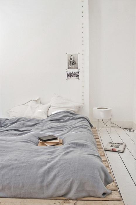 Очень низкий поддон использован в создании кровати предоставляет особенный комфорт в минимальном интерьере спальни.