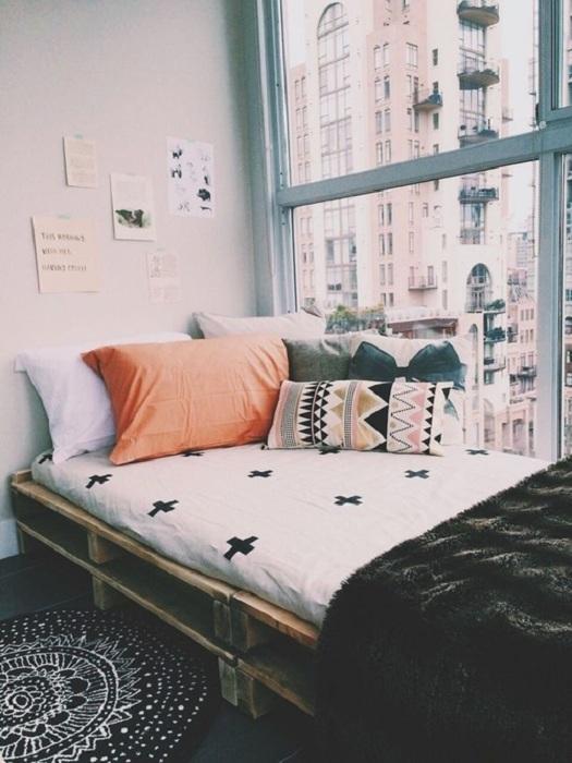 Узкая кровать на паллетах - укромный уголок в спальной, с невероятным видом на город.