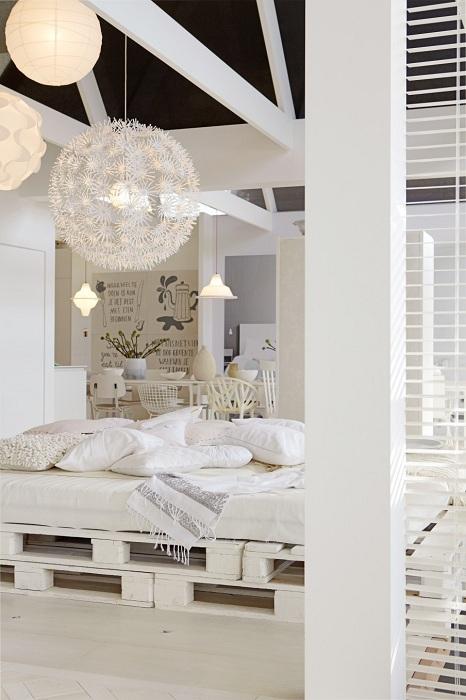 Прекрасный вариант оформления спальной в белом цвете с белыми паллетами в виде кровати.