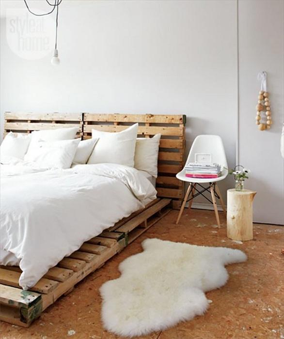 Сочетание белого цвета с деревянными нотками в спальной - это то что создаст прекрасную атмосферу.