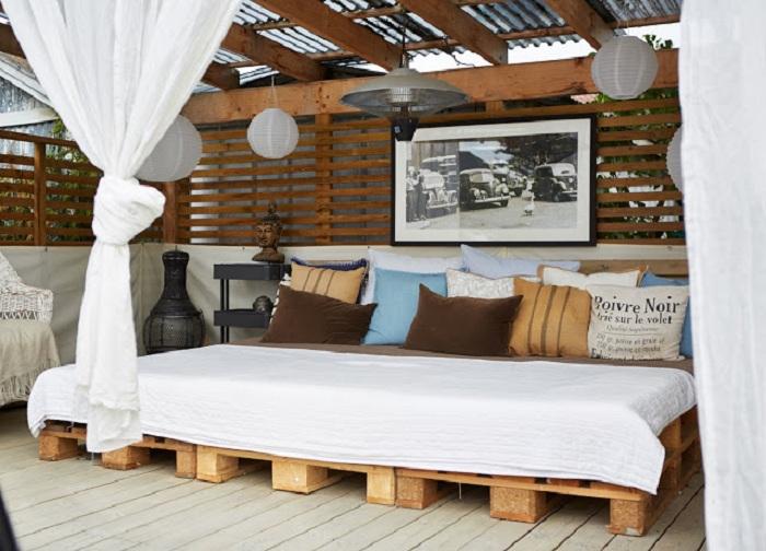 Один из самых лучших вариантов для настоящего отдыха - оборудование кровати на открытом воздухе.