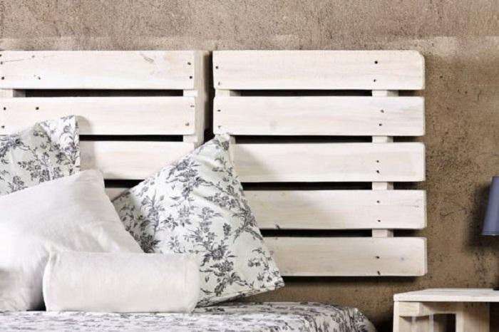 Изюминкой оформления этой кровати, является использование европоддонов у изголовья кровати.