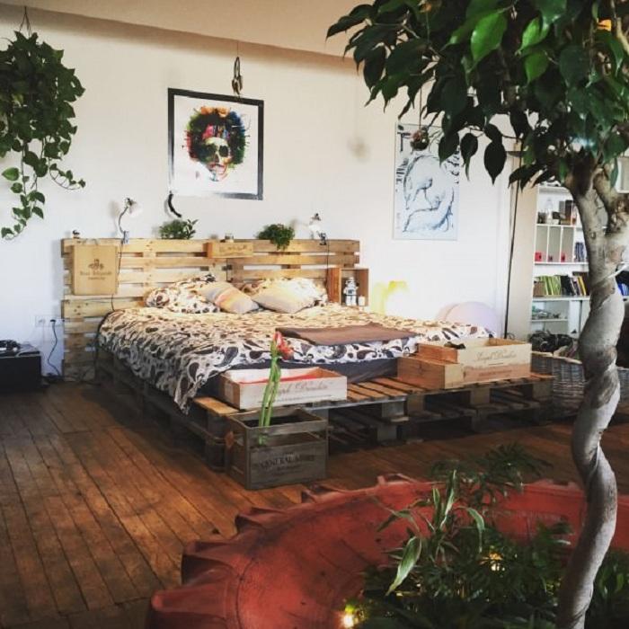 Непростой интерьер в стиле бохо дополнен кроватью основой которой служат паллеты.
