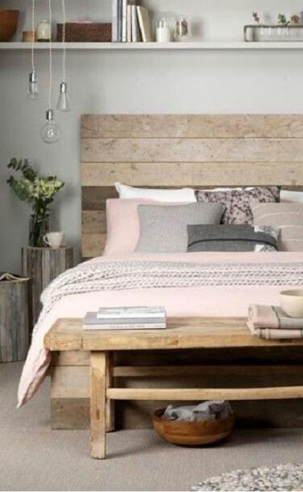 Прекрасный и нежный интерьер спальной создан при помощи нежных цветов, которые используются в декоре и паллет.
