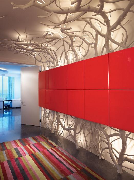 Интересное панно из веточек станет украшением гостиной или любой другой комнаты.