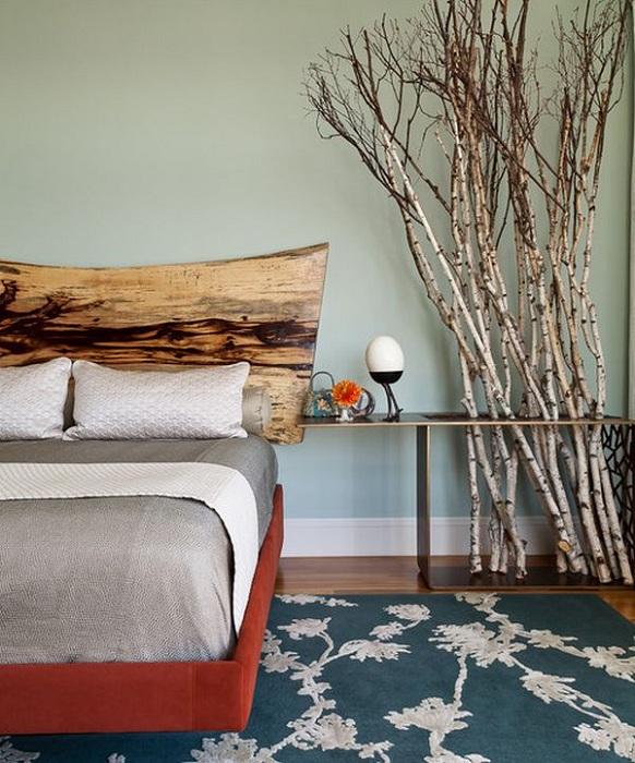 Декорирование спальни ветками, позволит создать нестандартную атмосферу и прекрасное настроение.
